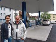 Geschäftsinhaber Jörg Blättler mit seiner Frau Doro bei der neuen Tankstelle in Hergiswil. (Bild: Kurt Liembd (Hergiswil, 15. April 2017))