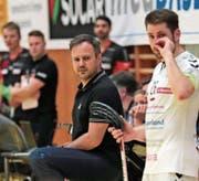 Das Zuger Team um Trainer Sascha Rhyner (links) hat mit Absenzen zu kämpfen. (Bild: Roger Zbinden (Zug, 23. September 2017))