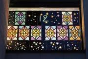 Das leuchtende Gemeinschaftswerk verbreitet weihnachtliche Stimmung im Schulhaus. (Bild: Cornelia Bisch (Oberrüti, 12. Dezember 2017))