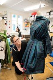 Dunja Rutschmann in ihrem Atelier im Trachtestübli mit einem der Modelle, die sie für die Modeschau Heimatgwand entworfen hat. Bild: Corinne Glanzmann (Stans, 25. Oktober 2016)
