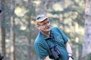 Alfred Meier liebt die Natur und beobachtet gerne Wild. Oben: Fuchs und Reh sagen sich gute Nacht. Mitte: Vorwitziges Rehwild. Unten: Hirschkuh im Lichtkegel. (Bilder Charly Keiser)
