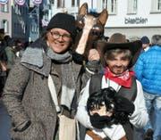 Kathrin Krummenacher mit Sohn Basil, als Pferd und Cowboy. (Bild: Philipp Unterschütz (13.2.2018))