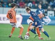 Luzerns Hekuran Kryeziu (in Blau) versucht sich gegen zwei Lausanner durchzusetzen. (Bild: Boris Bürgisser (Luzern, 3. Februar 2018))