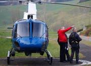 Vom Chaltbach aus studiert die Heli-Crew der Polizei das Suchgebiet. (Bild: Geri Holdener, Bote der Urschweiz)