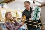 Gleich gilt es ernst: Posaunistin Anna Zihlmann beim Einspielen mit ihrem Musiklehrer Rainer Peter. (Bilder: Philipp Schmidli (Triengen, 10. März 2018))