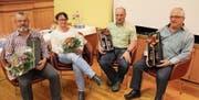 Von links: Martin Zgraggen und Franziska Bissig wurden verabschiedet, und auch Benedikt Furger (30 Dienstjahre) und der bisherige Quartiermeister Carlo Bay erhielten ein Geschenk. (Bild: Paul Gwerder (Erstfeld, 22. November 2017))