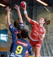 Die Stanserin Nadja Fellmann (am Ball) findet zurück zu alter Stärke. (Bild: Philipp Schmidli (Stans, 8. Oktober 2017))