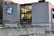 In diesem Gebäude der mobilen Polizei in Schafisheim findet der Prozess um den Vierfachmord statt. (Bild: Walter Bieri / Keystone (Schafisheim, 13. März 2018))