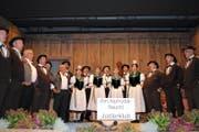 Die Sängerinnen und Sänger des Jodlerklubs Giswil bieten musikalische Leckerbissen. (Bild Monika van de Giessen)