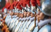 Schweizergardisten kürzlich bei ihrer Vereidigung. (Bild: EPA/Alessandro Di Meo (Vatikan, 6. Mai 2017))