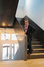 Sina Filliger im neuen «stählernen» Treppenhaus. (Bild: Philipp Unterschütz (Engelberg, 7. November 2017))