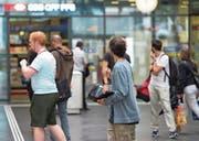Einer der Fundraiser mit Tablet im Bahnhof Zug. An Charme mangelt es den jungen Leuten meist nicht. (Bild: Maria Schmid (Zug, 31. August 2017))
