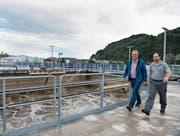Baukommissionspräsident Walter Odermatt (links) und Betriebsleiter Marcel Fresa bei der ARA. (Bild: Corinne Glanzmann (Stans, 12. September 2017))