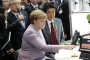 Angela Merkel droht der Türkei. Im Bild: Die deutsche Kanzlerin beim Besuch der CeBIT-Ausstellung in Hannover am Montag. (Bild: EPA/CARSTEN KOALL)