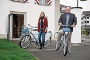 Gemeinde-Geschäftsführer Lukas Liem und seine Stellvertreterin Elvira Oggier bei der Nextbike-Station vor der Sust. (Bild: Corinne Glanzmann (Stansstad, 22. März 2017))