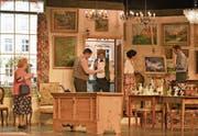 Mit einem «Kunstkritiker» (Bildmitte Jo Ziegler mit Fliege) versucht Antiquitätenhändler Grossen (Benjamin Gerig, ebenfalls in der Tür) den Touristinnen (Gaby Baumgartner, ganz links, und Monika Waser, links vom Bild) einen angeblichen Goya schmackhaft zu machen. (Bild: PD)
