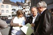 Die beiden Kantonsräte Monika Brunner und Klaus Wallimann (rechts) analysieren am Wahlsonntag Resultate zusammen mit ihrem CVP-Co-Präsidenten Bruno von Rotz. (Bild Corinne Glanzmann)