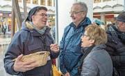 Beim LZ-Eiertütschen: Chefredaktor Jérôme Martinu im Gespräch mit Urs und Margrit Bütler aus dem Freiamt. (Bild: Pius Amrein (Luzern, 31.3.2018))