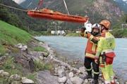 Franz Exer von der Feuerwehr Altdorf birgt zusammen mit einem Rettungssanitäter des Kantonsspitals Uri eine Puppe aus der Reuss. (Bild: Remo Infanger (Erstfeld, 26. August 2017))