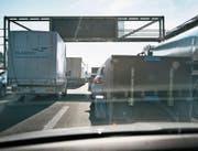 Auf Autobahnen herrscht viel Verkehr, es gibt aber auch viele Leerfahrten. Dies will Pickwings ändern. (Bild: Christian Beutler/Keystone)
