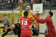 Mario Obad (am Ball) wird nicht mehr als Spielertrainer für den KTV Altdorf im Einsatz sein.