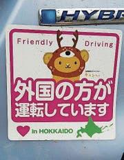 «Hier fährt ein Ausländer», heisst es auf diesem Kleber, der in Japan für Irritation sorgt. (Bild: PD)