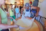 Hautnah erleben, wie Käse entsteht: hier auf der Alp Chammli. (Bild: Perretfoto.ch)