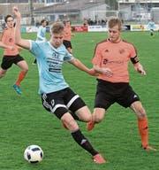 Dario Wirz (links) vom FC Malters versucht hier, Michael Meier, den Captain des SC Obergeissenstein, zu düpieren. (Bild: Boris Bürgisser (Malters, 1. April 2017))