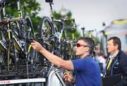 Am vergangenen Samstag in Mont-Saint-Michel: Ein Kontrolleur sucht die Rennvelos mit seinem Tablet nach versteckten Motoren ab. (Bild: Getty/Bryn Lennon)