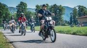 Knatternde Motoren: Der Töffli-Tross auf dem Weg nach Sarnen. (Bild: Boris Bürgisser (Alpnach, 27. Mai 2017))