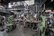 Auch nach 200 Jahren ist in Hergiswil immer noch Handarbeit gefragt: In verschiedenen Arbeitsschritten wird in den Produktionsräumen das Glas gefertigt. (Bild: Pius Amrein (Hergiswil, 21. März 2017))