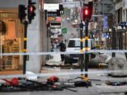 Blick auf den Ort des Anschlags in der Stockholmer Innenstadt. Der Attentäter war mit einem Lastwagen in eine Menschenmenge und dann in ein Warenhaus gerast. Dabei kamen vier Menschen ums Leben. (Bild: Keystone/EPA TT NEWS AGENCY/JONAS EKSTROMER)