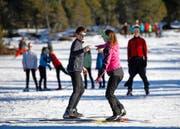 Spielerisch auf schmalen Latten unterwegs: zwei Teilnehmer des 20. Jugendlanglauflagers auf dem Langis. (Bild Corinne Glanzmann)