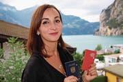 Donika Wyrsch-Dani mit ihrem gültigen Schweizer und dem ungültigen serbischen Pass. (Bild: Franziska Herger (Flüelen, 19. Juli 2017))
