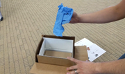 Das Paket für die Rücksendung des Samsung Galaxy Note 7 umfasst eine hitzeshemmende Verpackung und Handschuhe. (Bild: youtube.com/xdadevelopers)