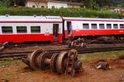 Der Zug war nahe dem Ort Eseka, etwa 120 Kilometer von der Hauptstadt Jaunde entfernt, entgleist und in eine Schlucht gestürzt. (Bild: Equinox TV / AP)