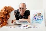 Autor und Initiator Beny Schnyder aus Ennetbürgen mit Kinderbuch und Prinzessinnenperücke. (Bild Corinne Glanzmann)