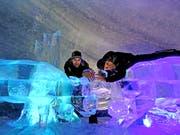 Die Sachsler Eiskünstler Toni Steininger (links) und Reto Odermatt in der Eisgrotte Zermatt.Bild: PD