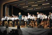 Das Korps mit Dirigentin Annette Jakob bedankt sich beim Publikum. (Bild: Birgit Scheidegger (Giswil, 24. März 2018))