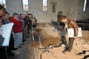 Christian Auf der Maur, Projektleiter der Grabungen in Erstfeld, zeigt dem Publikum das entdeckte Grab. (Bild: Urs Hanhart (25. März 2017))