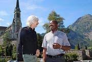 Pfarreileiter Dirk Günther und Abbé Pascal Tshombokongo vor der Pfarrkirche in Lungern. (Bild Marion Wannenmacher)