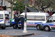 Polizisten in der Nähe des Konzersaals Bataclan, wo über 100 Personen ihr Leben verloren. Der IS droht nun mit weiteren Anschlägen. (Bild: EPA/Julien Warnand)