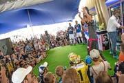 Grosser Andrang beim Saisoneröffnungsfest des FC Luzern: Goalie Lorenzo Bucchi läuft mit erhobenen Armen auf die Bühne und präsentiert sein Torhütertrikot. (Bild Roger Grütter)