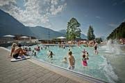 Fast wie Ferien am Meer: Im Wellenbad freuen sich Kinder und Erwachsene auf eine erfrischende Abkühlung. Doch die Idylle trügt, der Unterhalt des Schwimmbads ist sehr teuer. (Bild: Pius Amein / Neue LZ)
