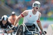 Nach seinem ersten Sieg an den Paralympics in Rio zeigt Marcel Hug (30) aussergewöhnliche Emotionen. (Bild: Alexandra Wey/Keystone (Rio, 15. September 2016))
