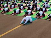 Der Premierminister in der ersten Reihe: Narendra Modi macht simultan mit 37'000 Menschen in Indiens Hauptstadt Neu Delhi Yoga-Übungen (Bild: /AP/MANISH SWARUP)