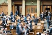 Es ist zuweilen ein Kommen und Gehen im Nationalratssaal. Das ist nichts für lärmempfindliche Menschen. (Bild: Peter Schneider/Keystone (Bern, 29. November 2017))