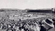 In der extra errichteten Schwingerarena schauten sich 1961 während zweier Tage gut 30 000 Personen die Sägemehlduelle an. (Bild: Zuger Kantonaler Schwingerverband)