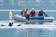 Keine leichte Aufgabe für den vierbeinigen Athleten: Er muss den Helfer ins Boot holen. (Bild Maria Schmid)
