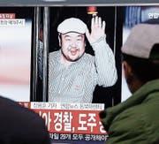 Das südkoreanische Fernsehen berichtet über die Ermordung von Kim Jong Uns Halbbruder. (Bild: Ahn Young-joon/AP (Seoul, 14. Februar 2017))